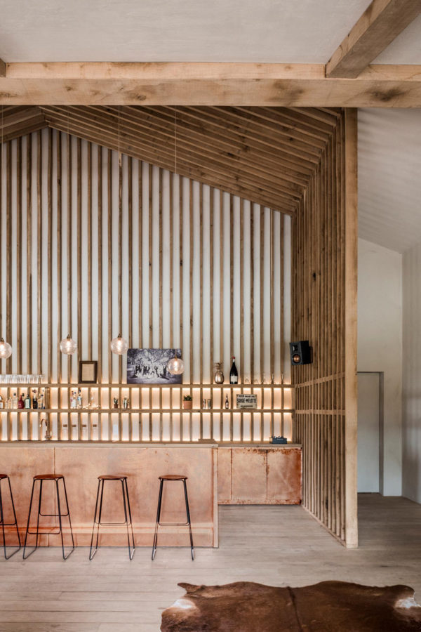 Bar Koper Copper Kitchen Patina Interior Design Schuur Barn stool light wood Smoked Oak gerookte eik booze bottles 39s shopped v3