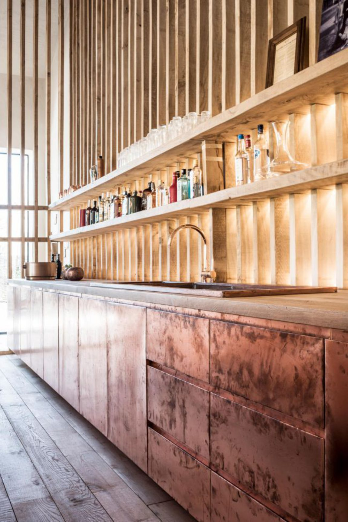 Bar koper copper kitchen patina interior design schuur barn stool light wood smoked oak gerookte eik booze bottles 21