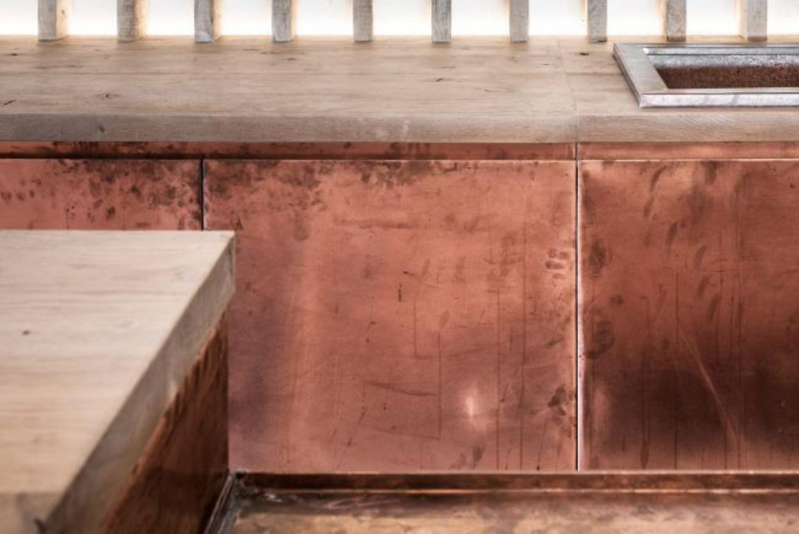 Bar koper copper kitchen patina interior design schuur barn stool light wood smoked oak gerookte eik booze bottles 24