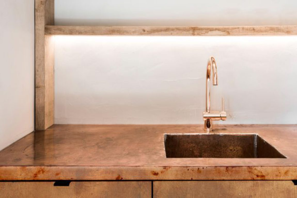 Bar koper copper kitchen patina interior design schuur barn stool light wood smoked oak gerookte eik booze bottles 3s