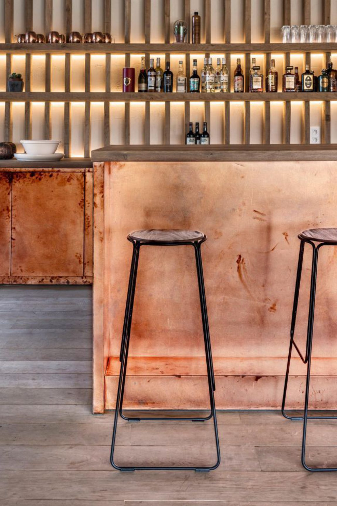 Bar koper copper kitchen patina interior design schuur barn stool light wood smoked oak gerookte eik booze bottles 6s